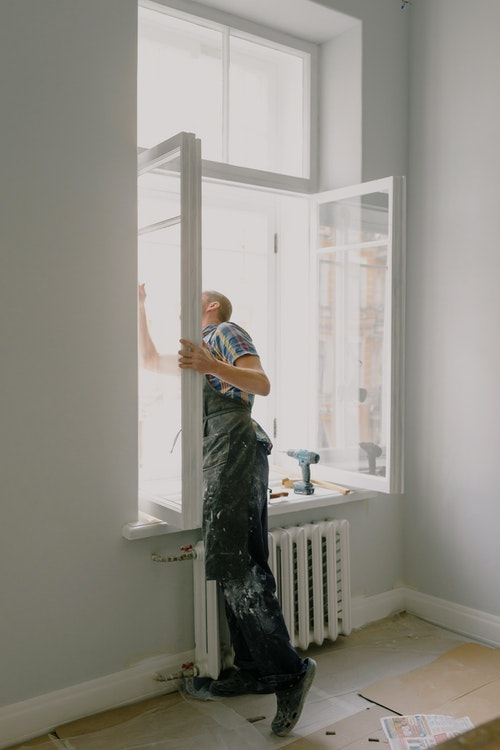 home windows installation company worker